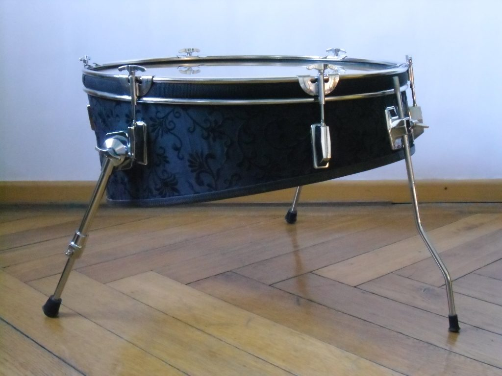 22 Zoll Bass Trommel, Textil, 6mm Float Glass, Möbelwax. 22 Inch bass drum, textiles, 6mm float glass, wax.