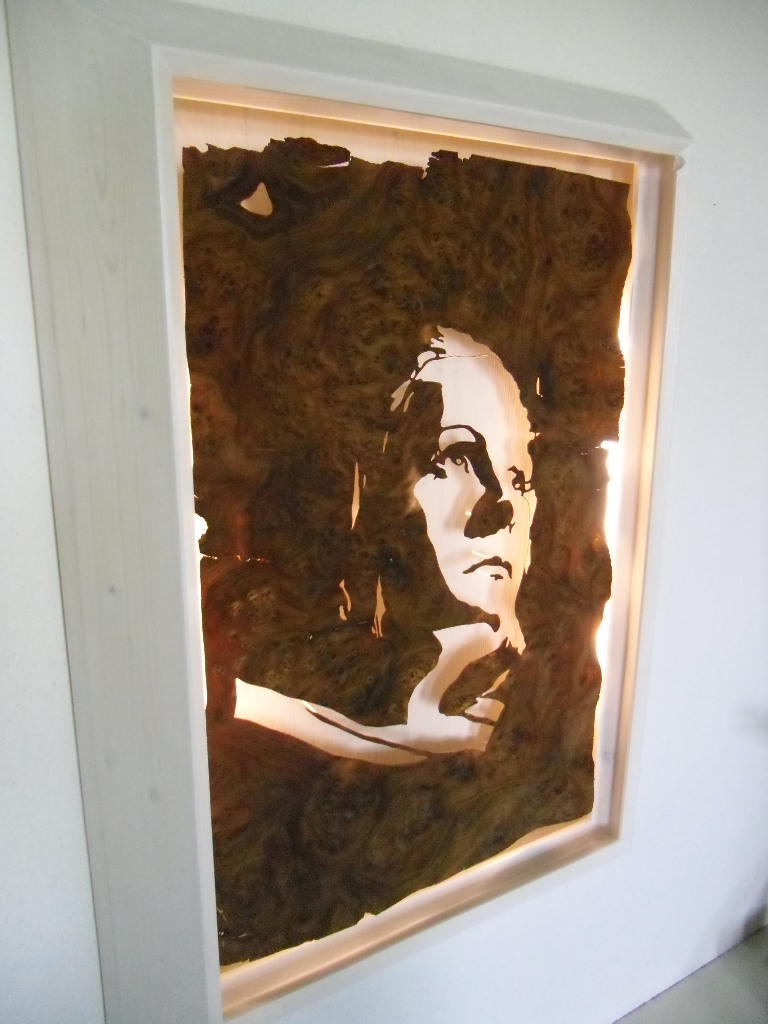 Walnuss Maser Furnier, ausgeschnitten. Fichtenrahmen, Weiß lasiert. Walnut Burl veneer cut, white stained Spruce frame, lighting. 98cm x 70cm x 11cm