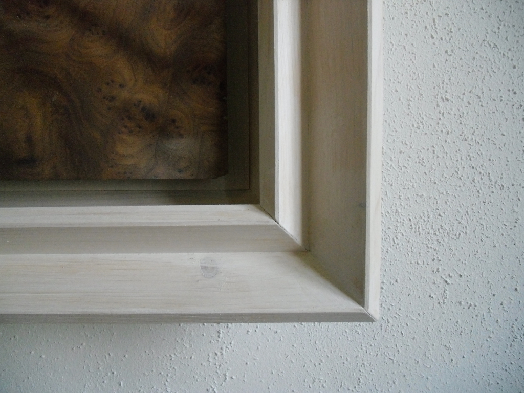Walnuss Maser Furnier, lackiert. Fichtenrahmen, weiß lasiert. Walnut Burl veneer painted, white stained Spruce frame. 98cm x 69cm x 10cm